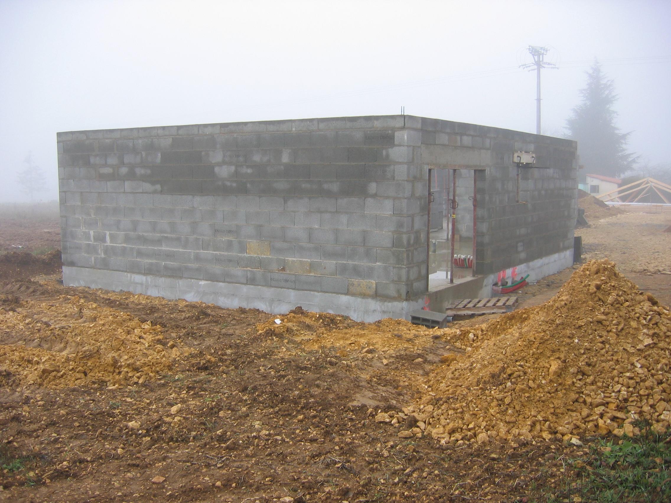 les deux ou trois rangs de parpaings qui sont au dessus du niveau de la fondation ne sont pas enduits de produit noir pour ltanchit - Fondation Pour Un Garage En Parpaings
